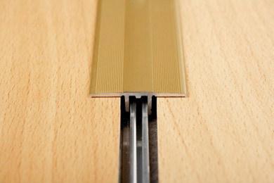 Fußboden Zum Aufkleben ~ Befestigung von Übergangsprofilen bei einer fußbodenheizung